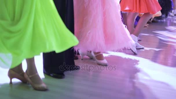 Alsó megjelenésének női táncosok, elegáns ruhák, 4 k