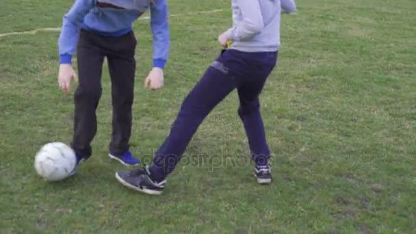 Happy boys hrát fotbal na stadionu v rozlišení 4k
