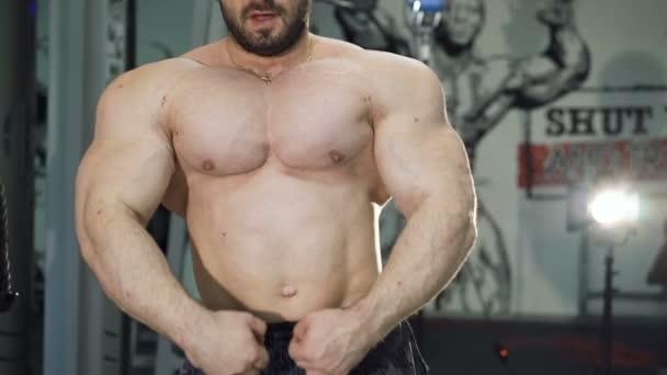 Nahaufnahme eines gut aussehenden Bodybuilders beim Training des Trizeps im Fitnessstudio