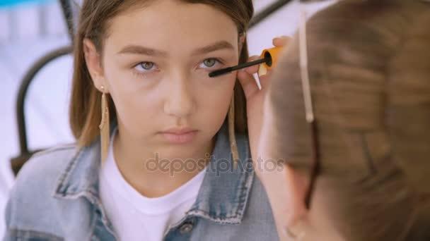 Make-up moda per modello graziosa in 4K