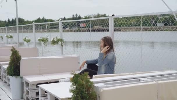 Módní teen modelka pózuje pro kameru na pláži 4k