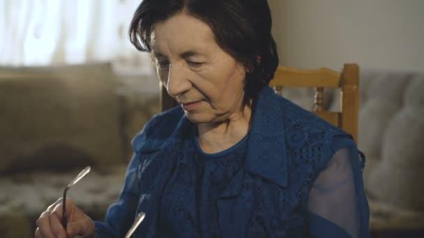 Portrét usmívající se žena klade na brýle a dívá na kameru