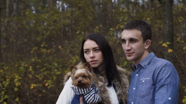 Porträt eines verliebten Paares mit Hund im Wald. 4k