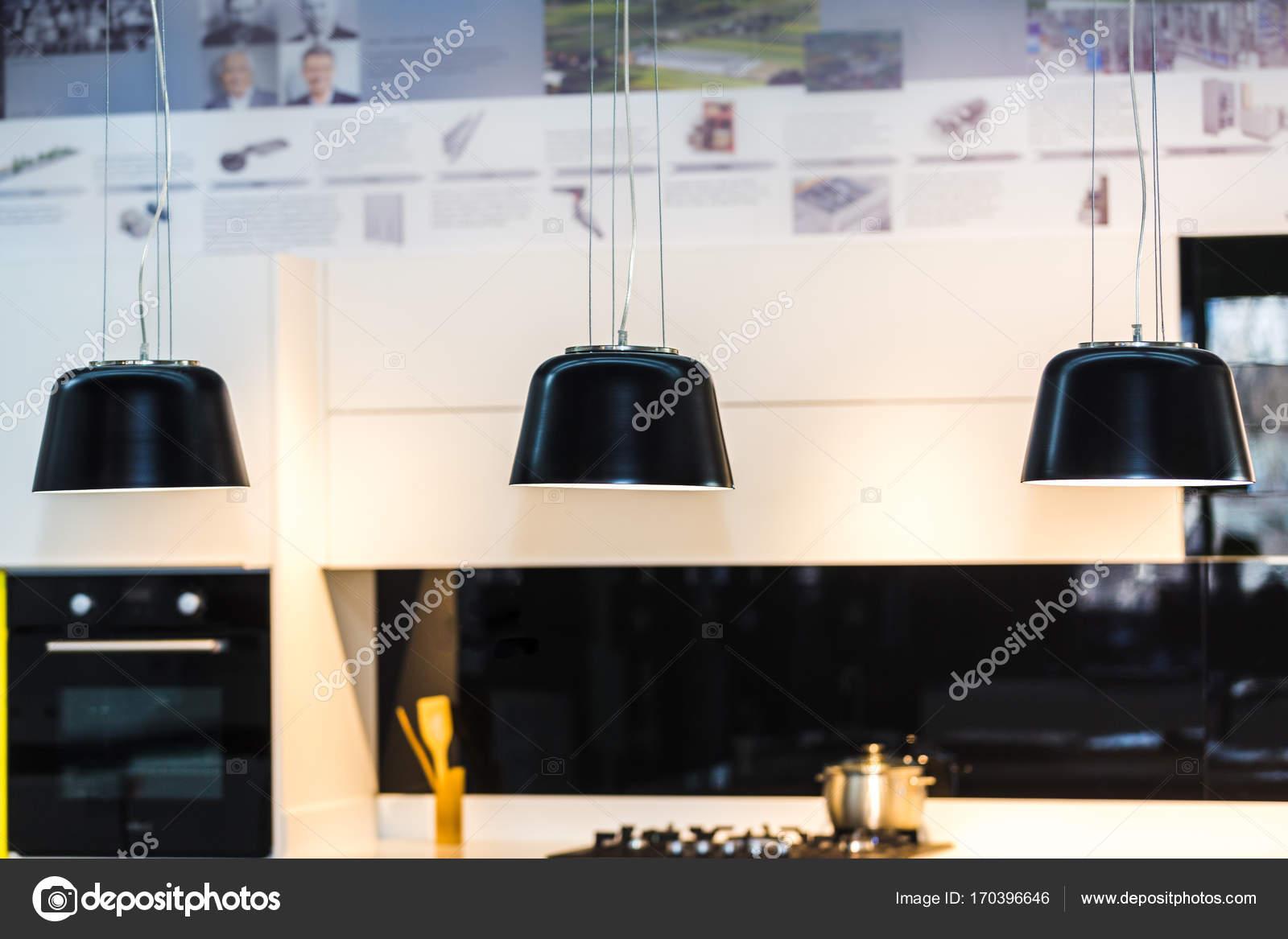 Illuminazione a sospensione per cucina u foto stock alesmunt