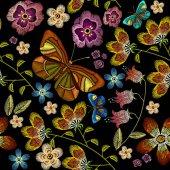 Hímzett virágok és pillangók zökkenőmentes minta