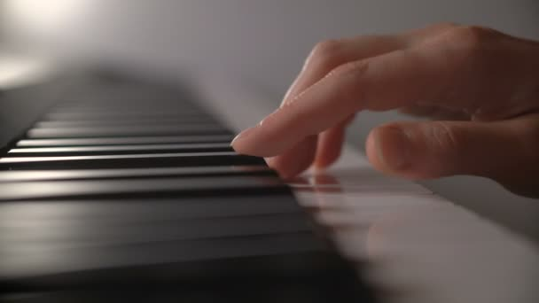Zenske ruky hraje na klavír