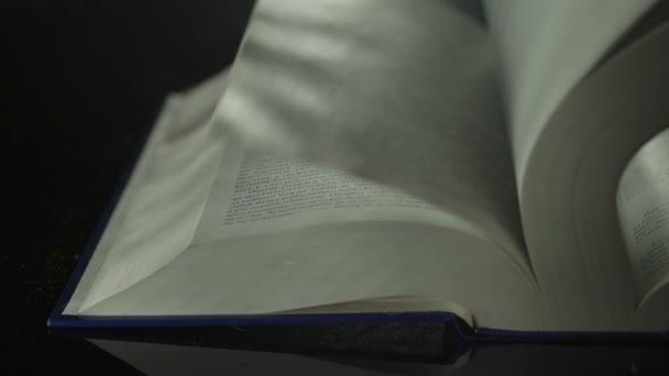 Obracející stránky knihy zblízka.