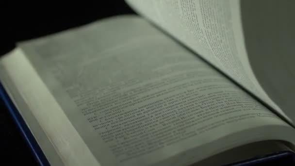 Obracející stránky knihy zavřít nahoru, pomalý pohyb