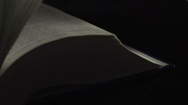 Könyv lapokat jegyzetfüzethez fekete háttér