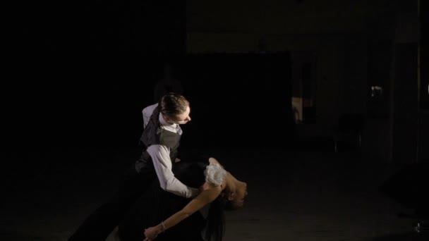 Tänzerinnen im klassischen Kostüme im Tanzstudio