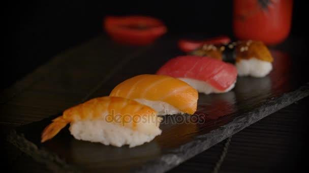 Hand mit Stäbchen nehmen Sushi. Detailansicht