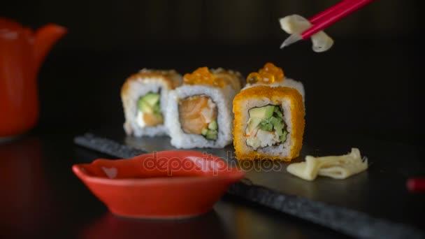 Piros, bevétel része sushi tekercs, enni a sushi tekercs segítségével pálcika pálcika