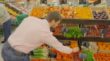 Mature en bas au supermarche