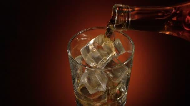Csapos szakadó whiskey az üveg asztalra tükörképe, meleg esti hangulat,