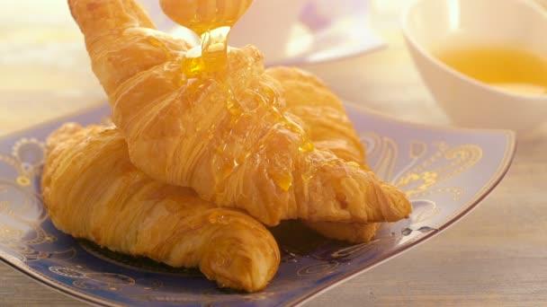 snídaně s croissanty, šálek kávy a medu