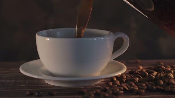 Horká káva s kávová zrna na dřevěný stůl