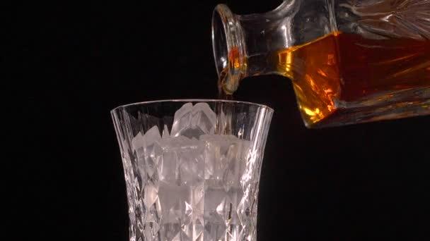 A sziklák, öntött rystal borosüveggel whiskey