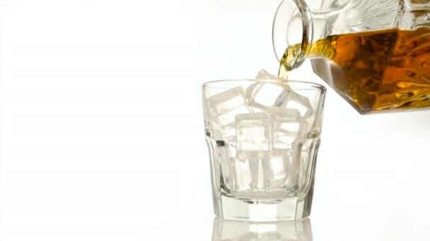 Whisky, a sziklák, öntött rystal borosüveggel fehér backround hely másolás