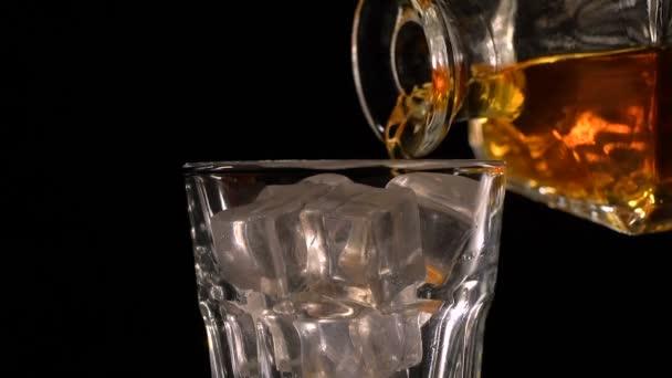 karafy a sklenice s whisky s ledem