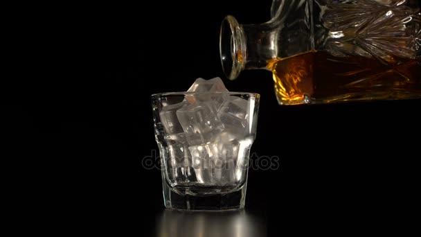 Křišťálové karafy a sklenice s whisky