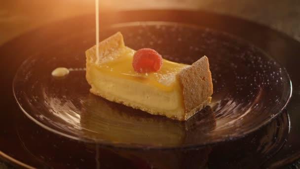 Kousek tvarohového koláče nalít tenký proud sladké smetaně