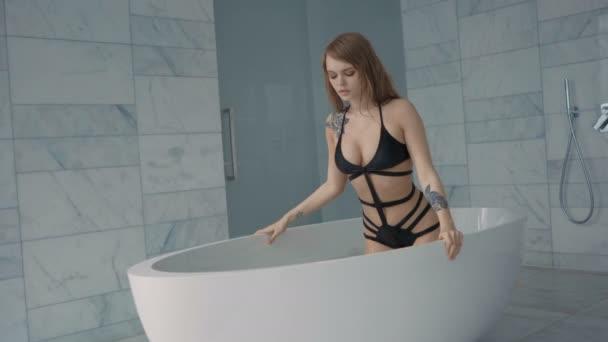 Érzéki szexi nő, mikor kiszálltam a fürdő