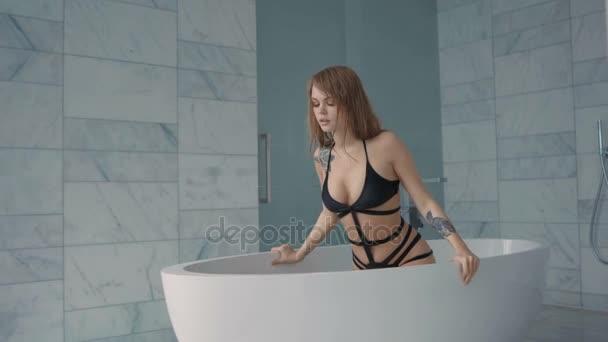 Érzéki szexi nő nedves test kap a kád