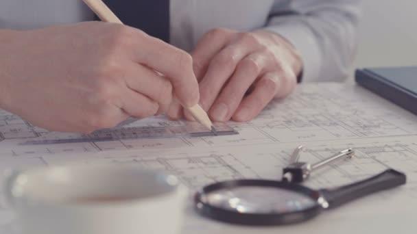 Architekt, skicování stavební projekt s tužkou a pravítkem na pracovišti