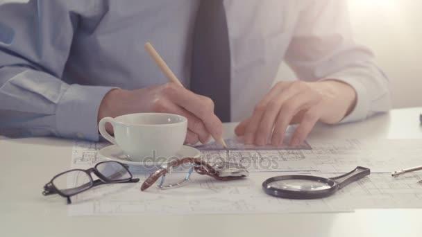 Mužské architekt kreslí stavební projekt.