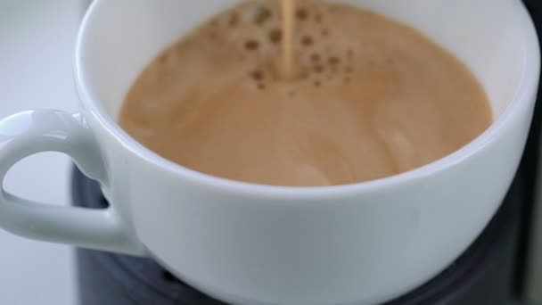 Kávovar kávu v šálku