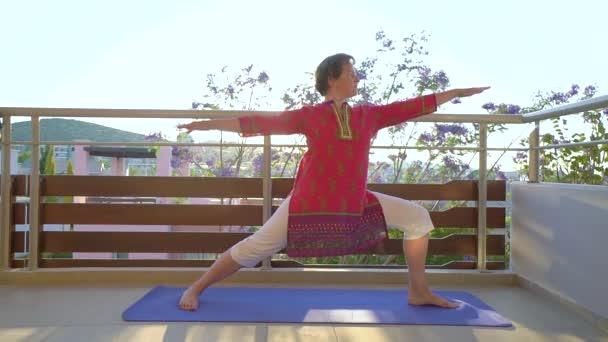 Yoga De La Mañana Mujer Haciendo Yoga En La Terraza De Su Apartamento