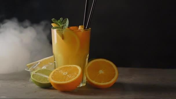 Narancssárga koktél füstös pohárban