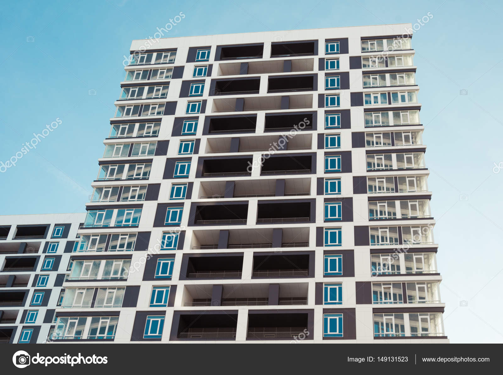 Moderne und neue Gebäude. Foto von einem hohen Wohnblock mit ...