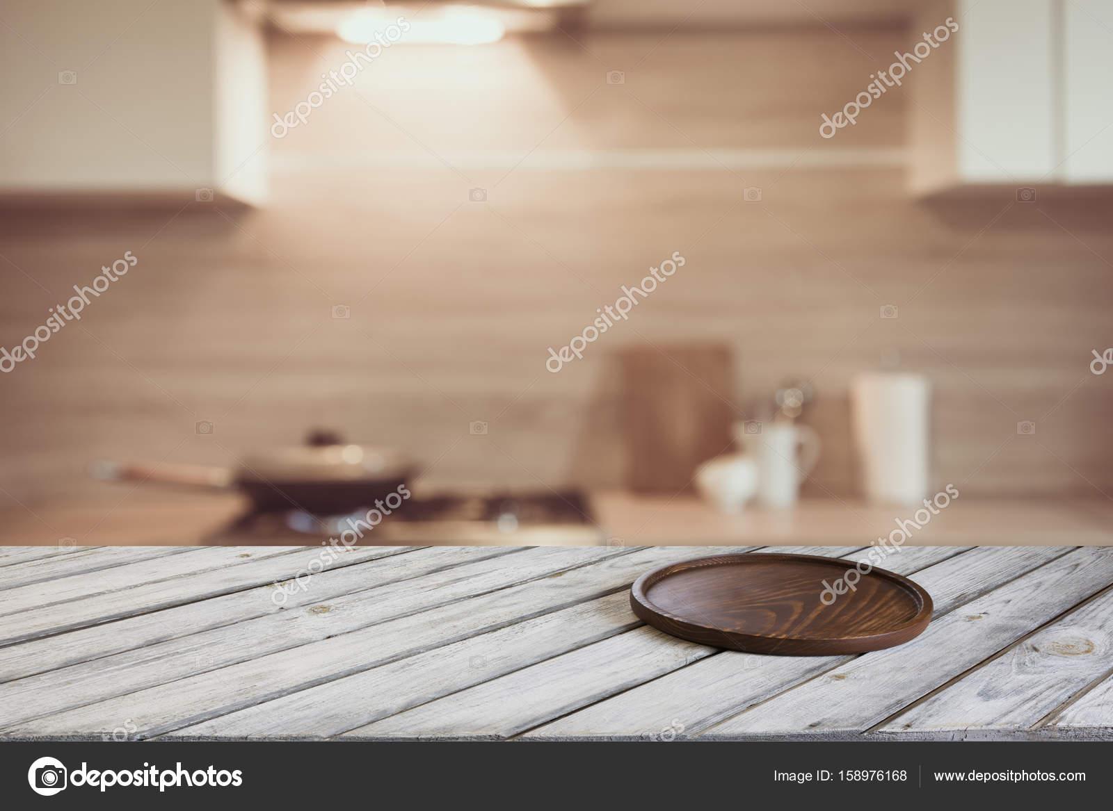 Fondo borroso. Moderna cocina con mesa y espacio para y — Foto de ...