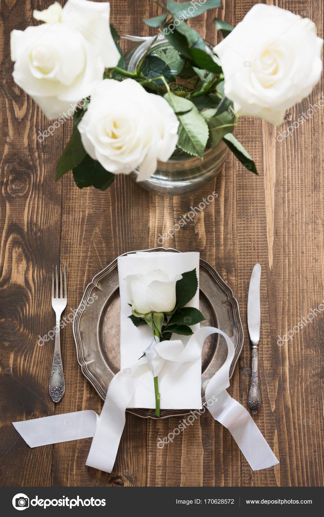 Ajuste De La Mesa Romantica Con Rosa Blanca Como Decoracion Vajilla - Decoracion-romantica-vintage