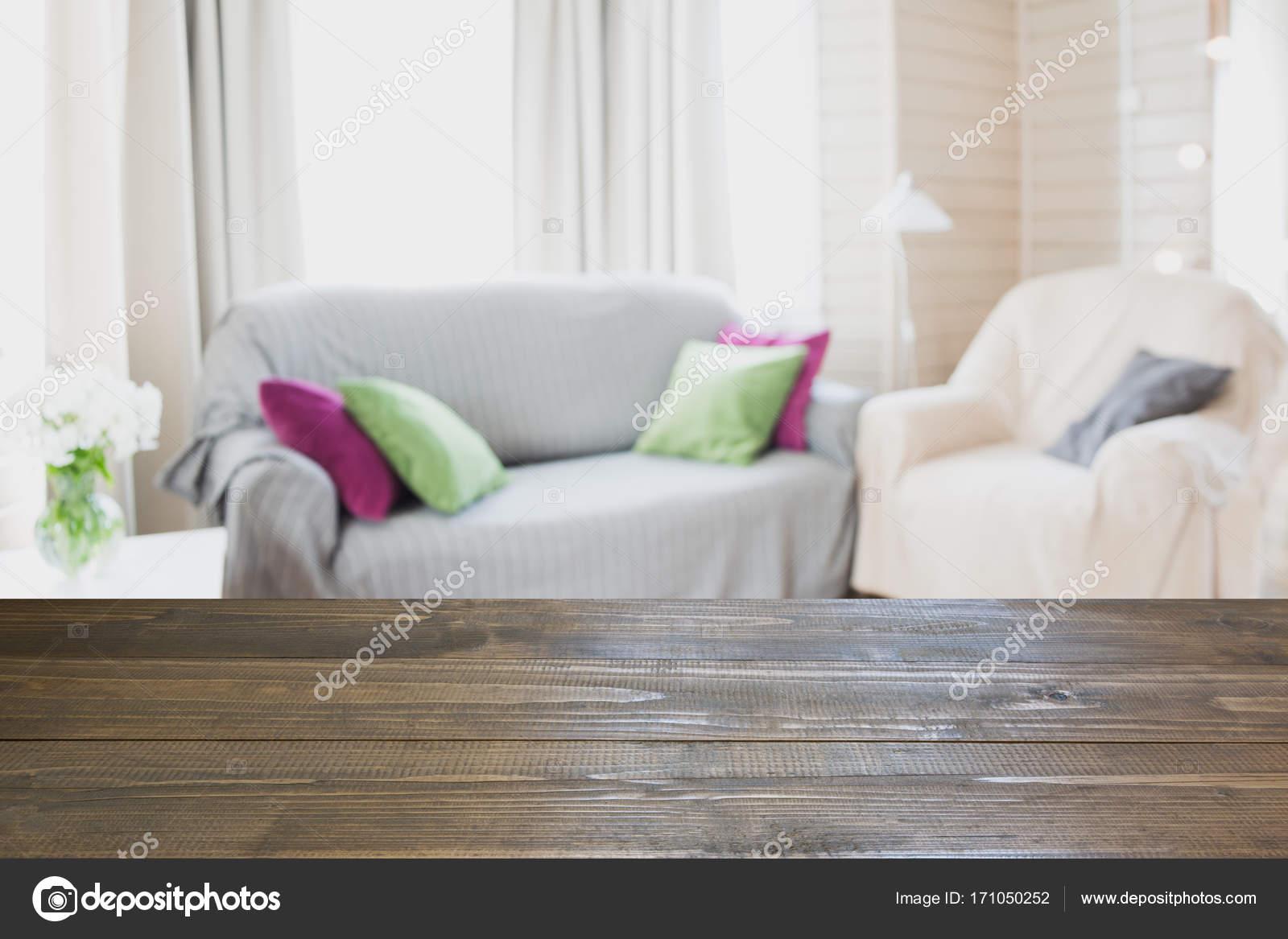 Salon moderne flou intérieur dans un style rustique avec chaise ...