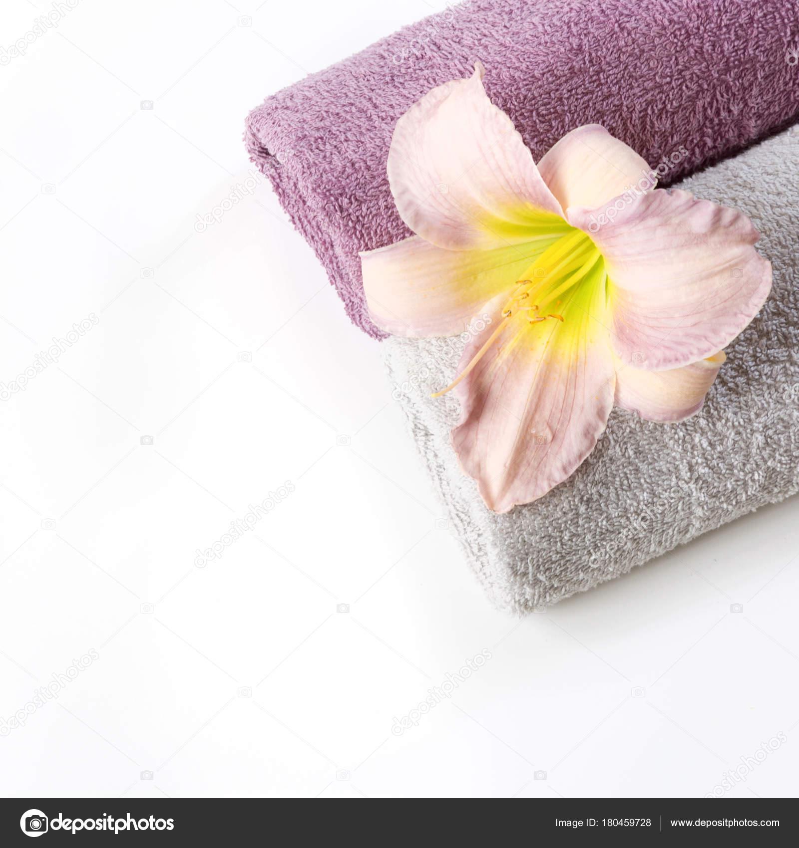 Spa-Einstellung des Handtuch, rosa Blume isoliert auf weiss ...