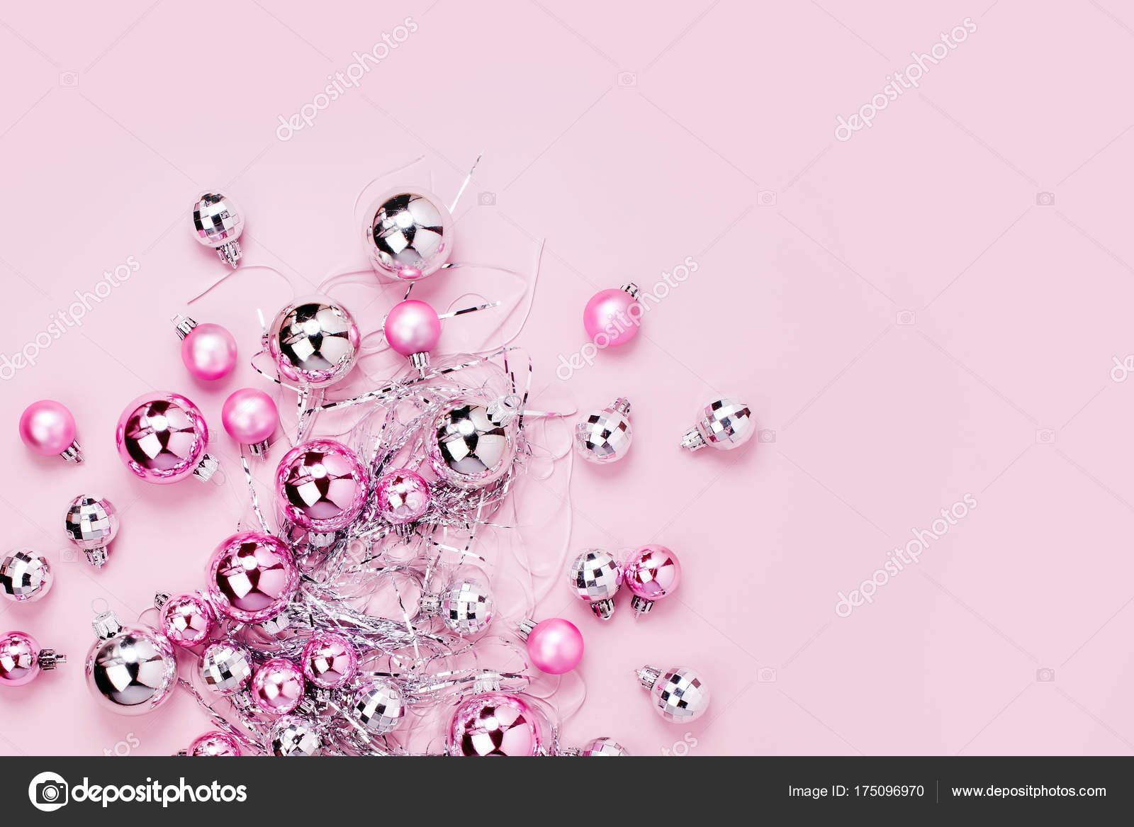 Christbaumkugeln Rosa.Glanzende Christbaumkugeln Und Lametta Auf Rosa Hintergrund