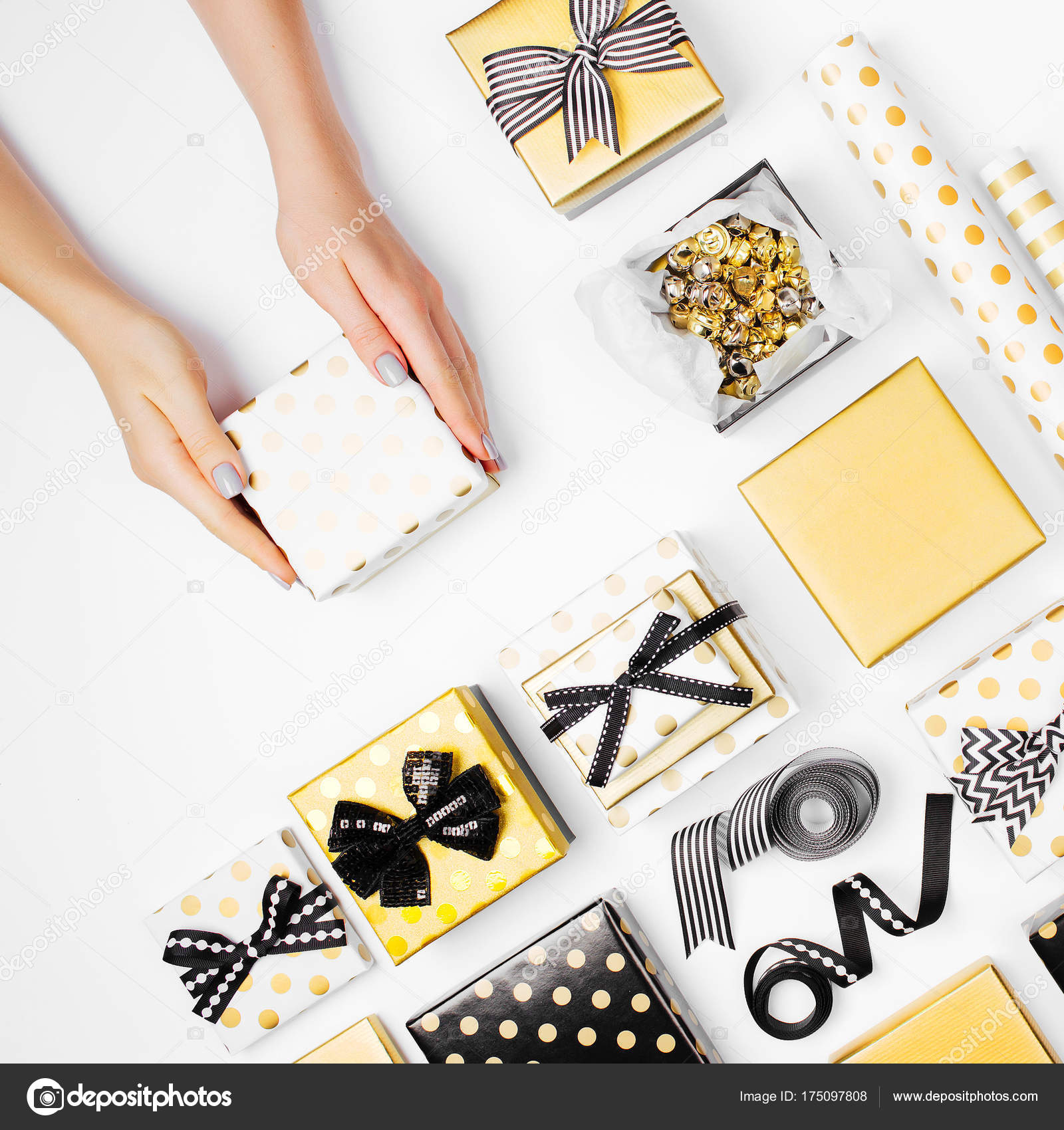 Weibliche Hände Halten Schöne Geschenk Box Weihnachtsferien Und Gruß ...