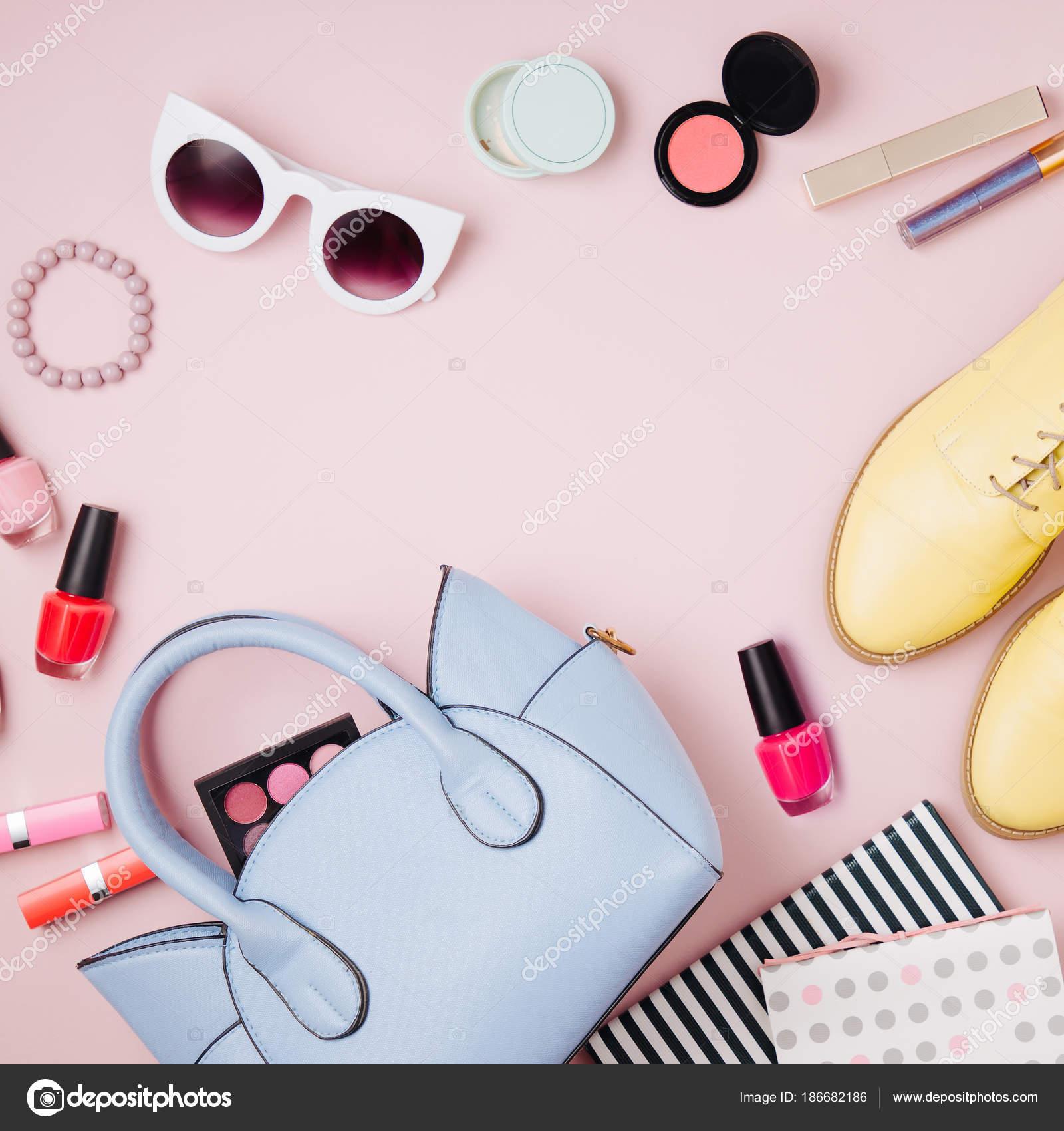 0e79849079 Acessórios Femininos Colagem Com Bolsa Sapatos Produtos Beleza Vista Plana  — Fotografia ...