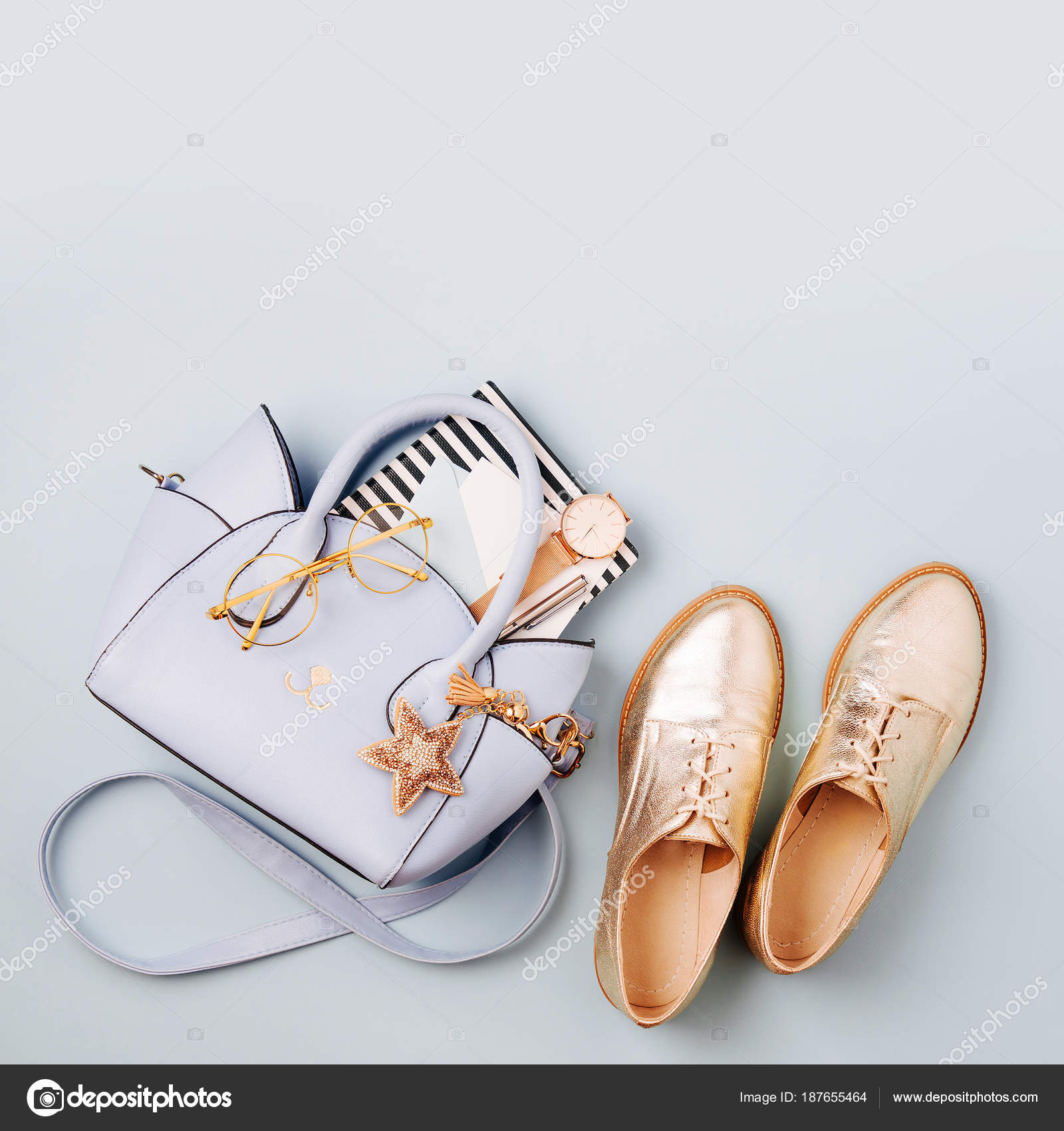 bbde7cdaa7 Saco Senhoras Azul Bonito Elegantes Sapatos Dourados Acessórios Femininos  Vista — Fotografia de Stock