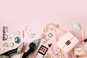 Fotografie Plochá laických ženských módních doplňků, make-up produktů a kabelku na pastelově barevné pozadí. Krása a móda