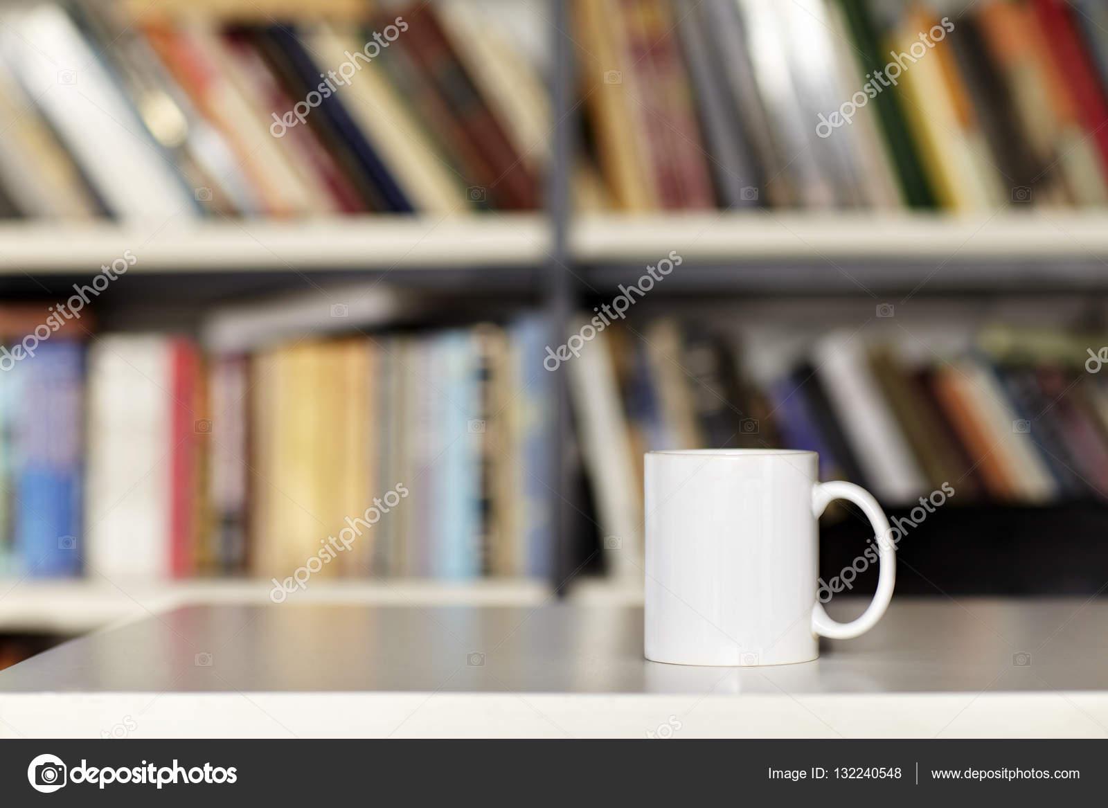 Leere weiße Tasse, Design-Layout. Bibliothek-Einrichtung — Stockfoto ...