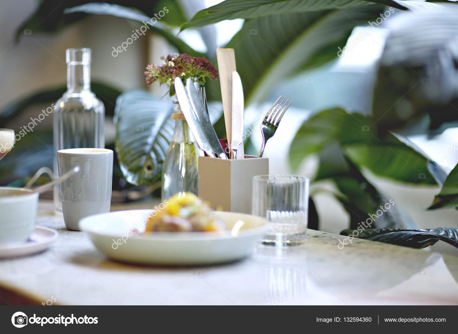 Servir O Almoço No Restaurante Ou Um Café. Bebidas, água, Café. Plantas