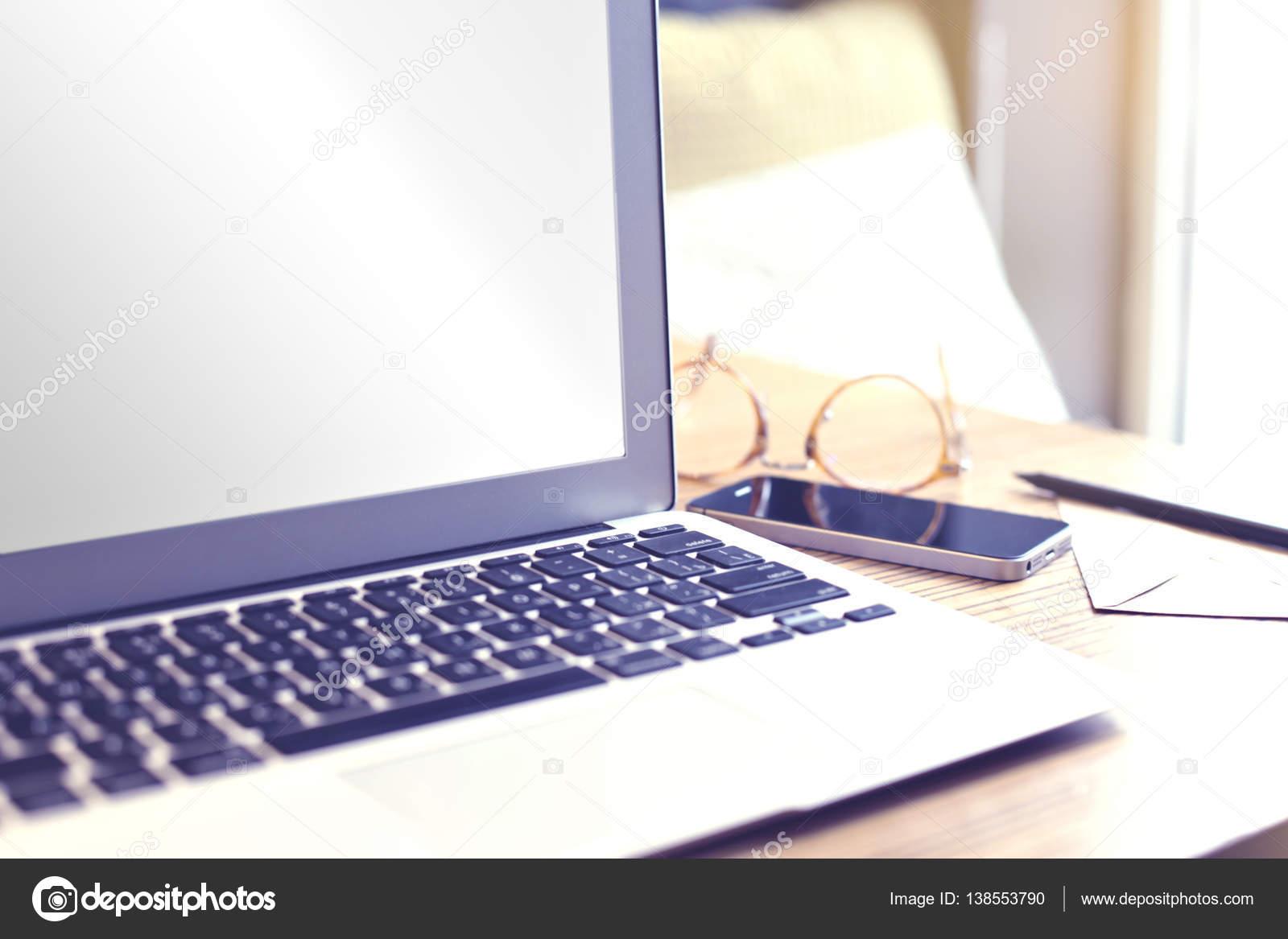 Aperto computer portatile con spazio vuoto sullo schermo per la