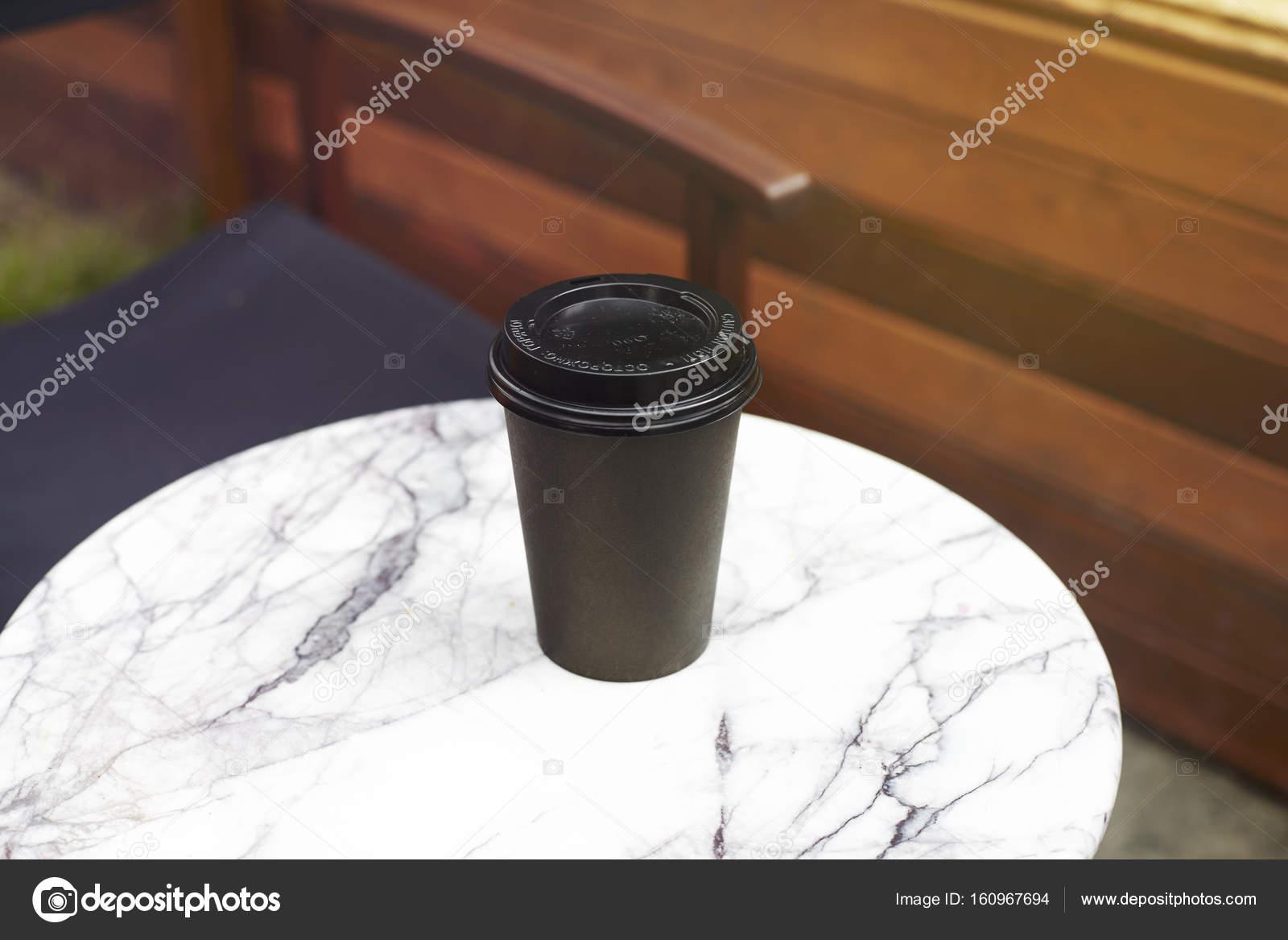 Tavoli Di Marmo Da Giardino : Tazza monouso di carta nera di caffè da portare via il tavolo di