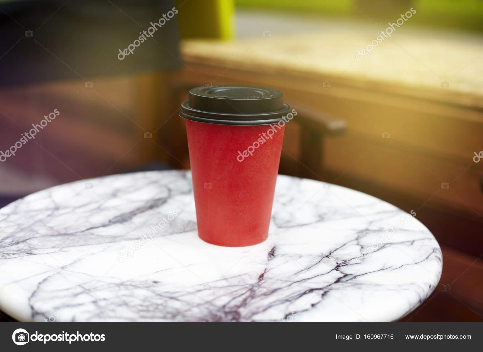 Rouge papier jetable tasse de café à emporter sur table de marbre ...