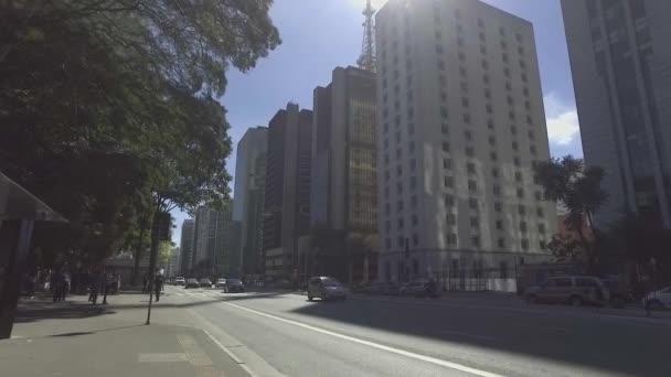 SAO PAULO, SP - BRAZIL Červen 2017 - Pomalá kamera lidí kráčí po chodníku bulváru Paulista za slunečného dne