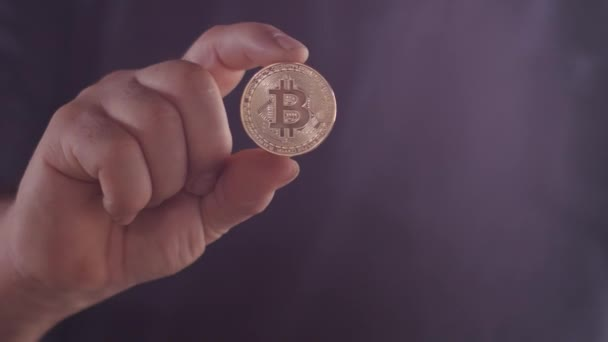 Ruce brazilského gentlemana ukazují hodnotu bitcoinové měny