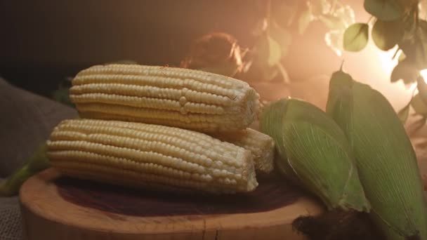 Tři kukuřice naskládané na dřevěné desce